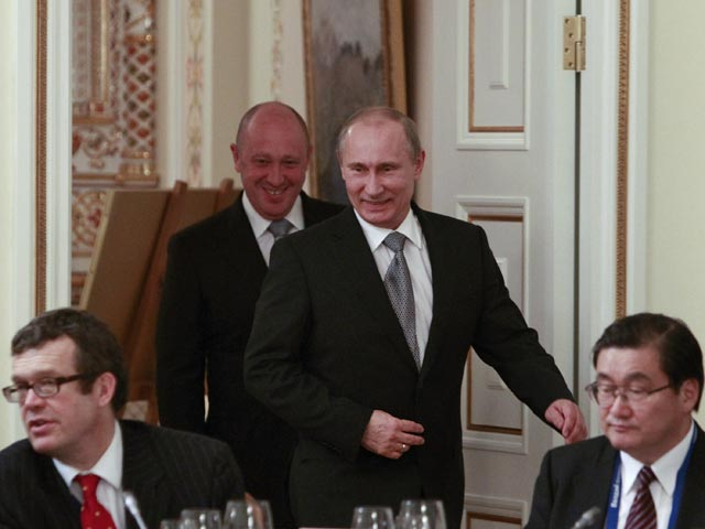 Russia's President Vladimir Putin (2nd R) walks into a hall to take part in a meeting of the Valdai international discussion group of experts at the Novo-Ogaryovo residence outside Moscow October 25, 2012.  REUTERS/Sergei Karpukhin (RUSSIA - Tags: POLITICS)